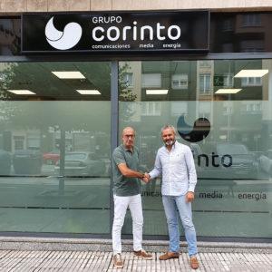 El gerente de Debuenatinta, Héctor Fernández (derecha) y Óliver Suárez, gerente del Grupo Corinto (izquierda) durante la firma del convenio en la sede gijonesa del Grupo Corinto